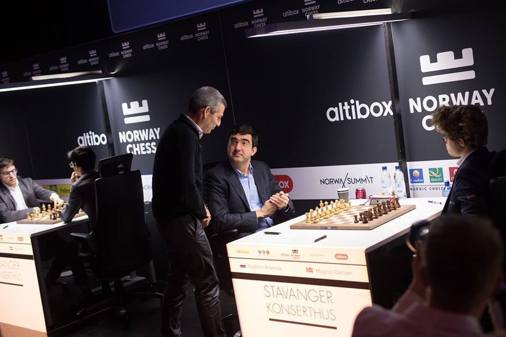 Carlsen's Numinous 9! | Legends of Chess Round 9